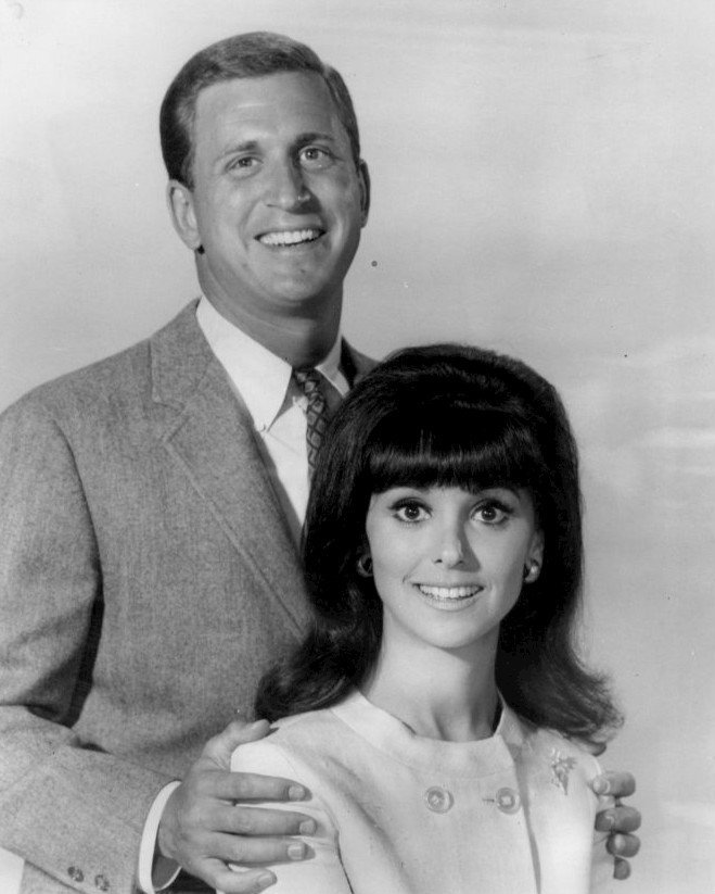 """Ted Bessell and Marlo Thomas from the television program """"That Girl"""" in 1966 