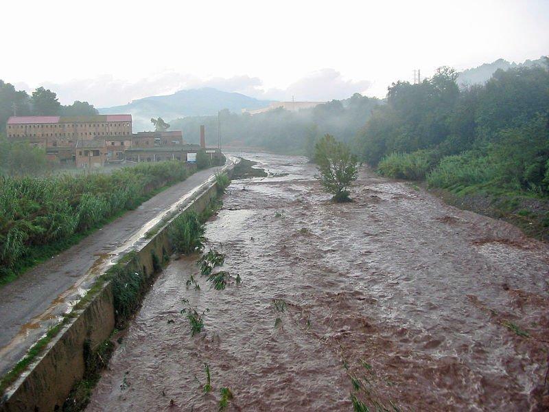 Lluvia torrencial y río crecido. | Foto archivo: Wikipedia
