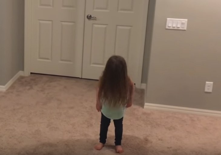 La fille qui se prépare à danser. | Source : YouTube/Michael Vullo