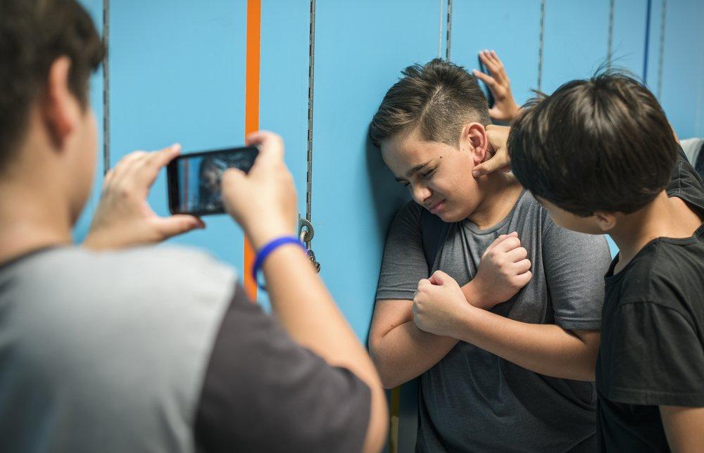 Matones atacan a un compañero en la escuela. | Foto: Shutterstock