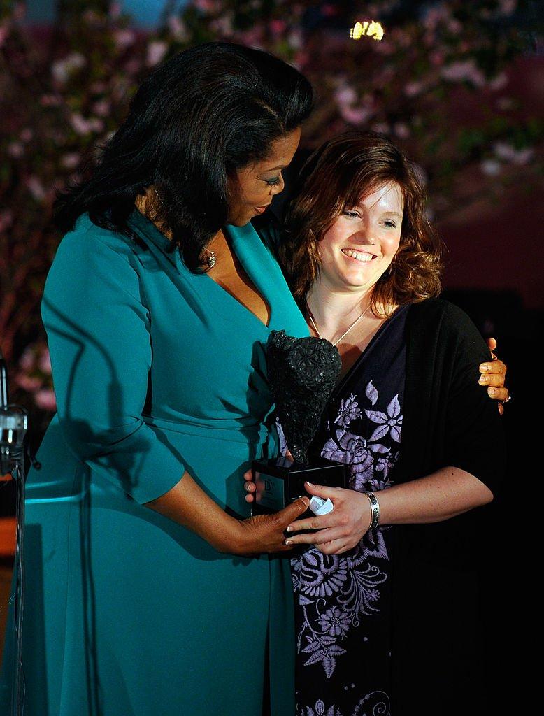 Oprah Winfrey y Jaycee Lee Dugard en la tercera entrega de los premios Diane Von Furstenberg el 9 de marzo de 2012 en Nueva York. | Imagen: Getty Images