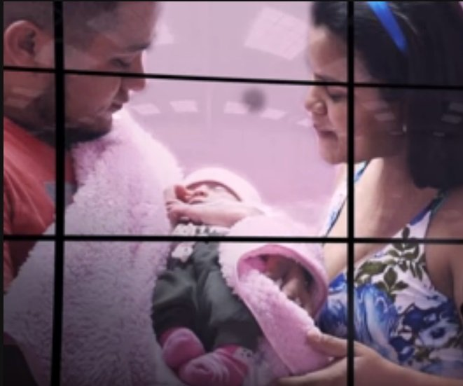 Monica et son mari tiennent leur bébé dans leurs bras   Photo : YouTube/Los Informantes