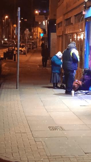 Diana, 72 ans, distribue de la soupe au couple dans la rue. | photo : Facebook/Charlie Franklin