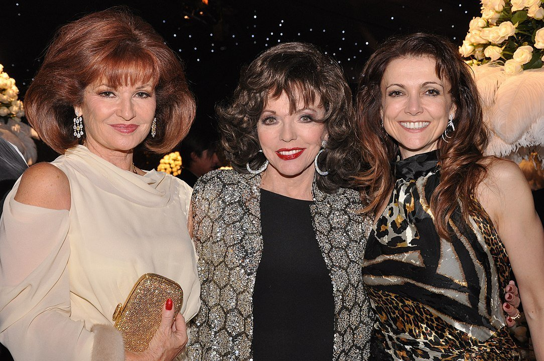 Joan Collins with 'Dynasty' co-stars Stephanie Beacham and Emma Samms in London, 2009 | Photo: Wikimedia Commons Images