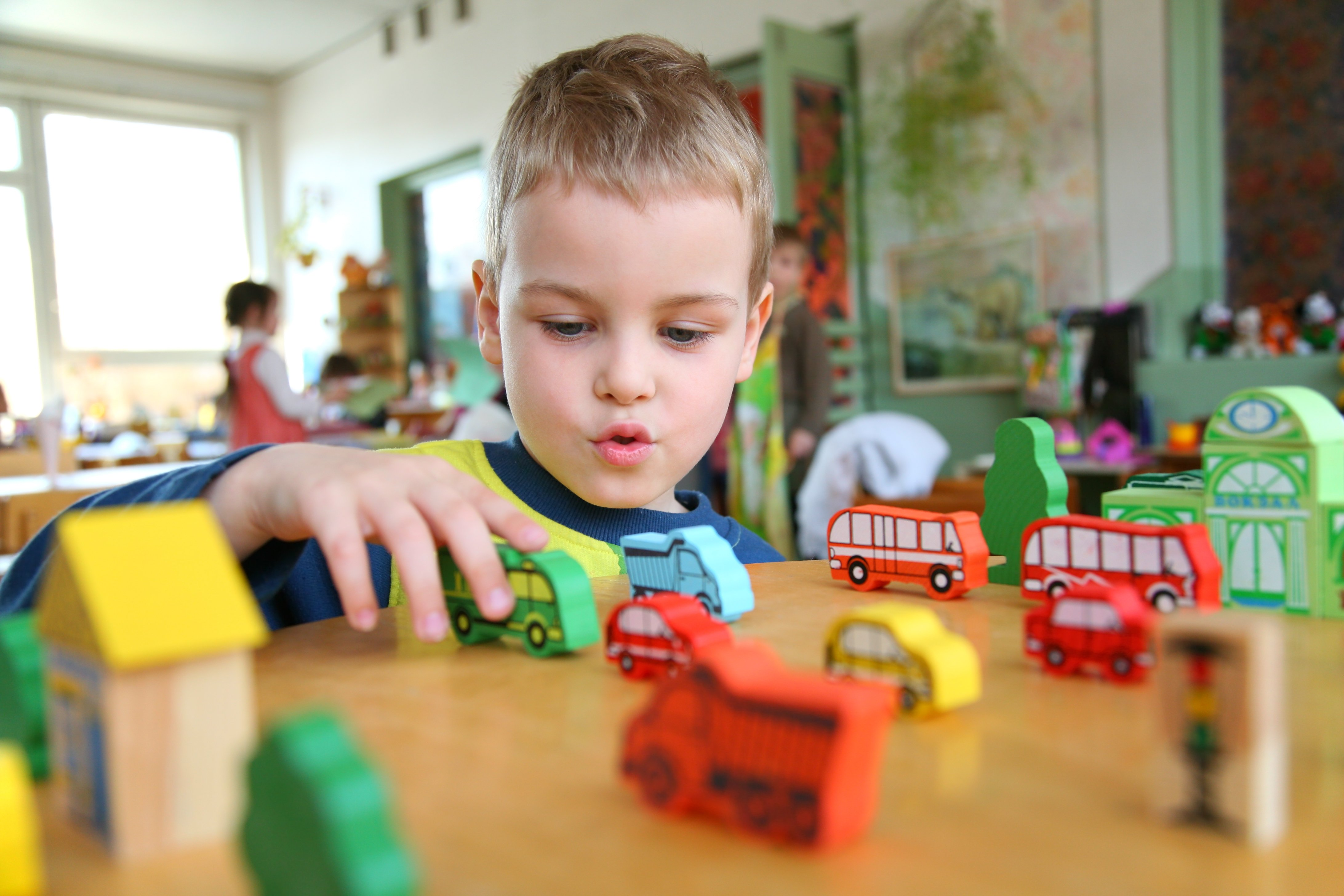 Un petit garçon qui joue avec des voitures à l'école   Image: Flickr