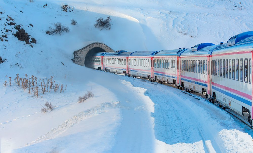 A passenger train going through tunnel. | Photo: Shutterstock