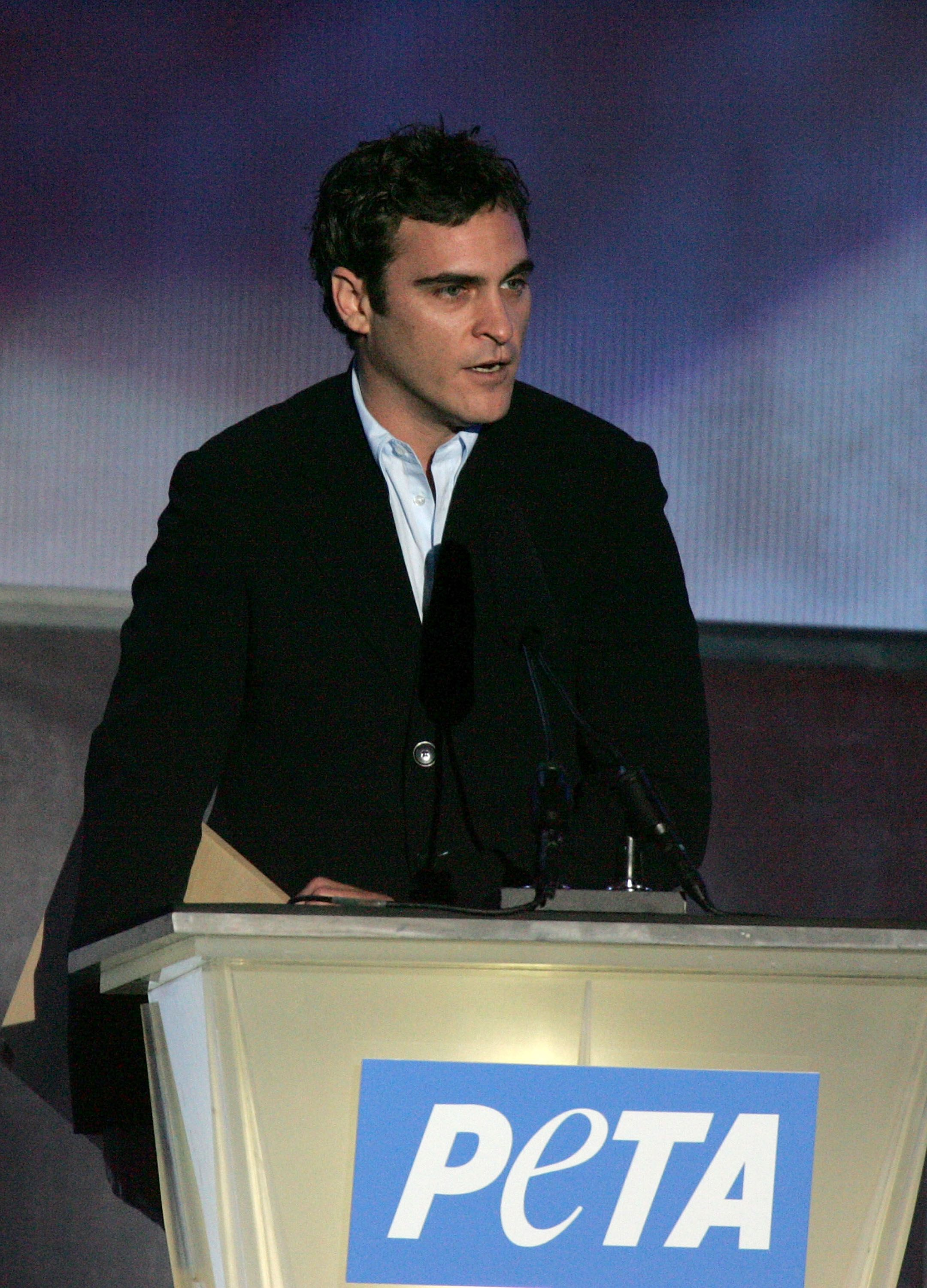 HOLLYWOOD - SEPTEMBER 10: Actor Joaquin Phoenix accepts the Humanitarian Award on behalf of Casey Affleck during PETA's 15th Anniversary Gala and Humanitarian Awards at Paramount Studios on September 10, 2005 in Hollywood, California. | Foto von: Kevin Winter/ Getty Images