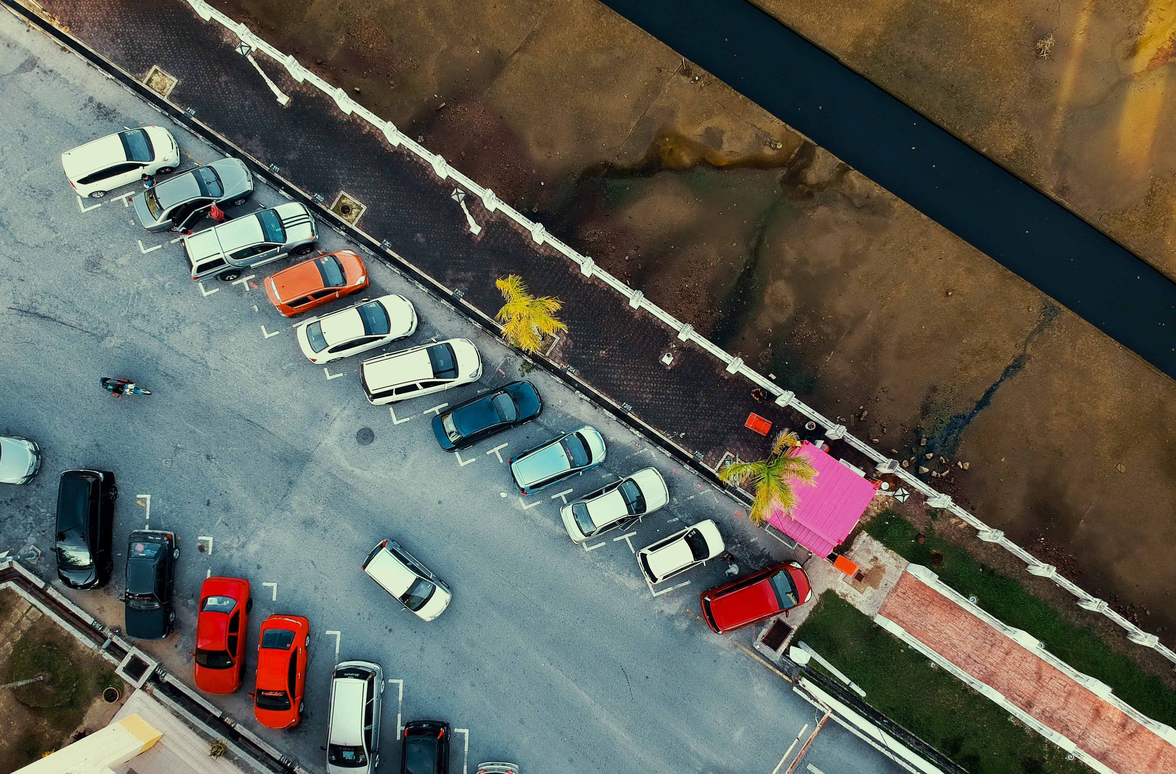 Pictured - An aerial view of parked vehicles in a parking lot | Source: Pexles