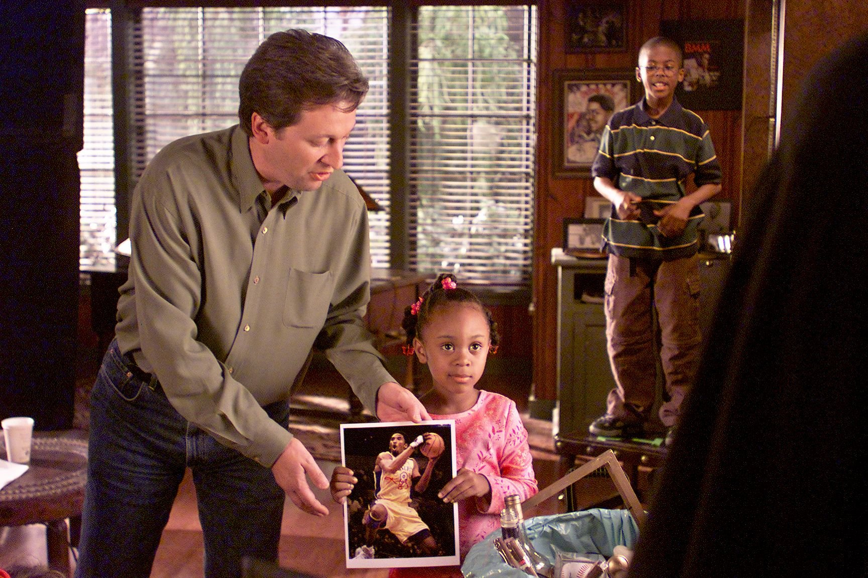 """Dee Dee Davis, 6, as Bryana, with an autographed picture of Kobe Bryant on the set of """"The Bernie Mac Show"""" 