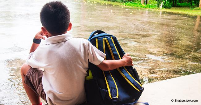 Furia porque un niño de primaria quedó solo bajo la lluvia y el frío en la puerta de la escuela