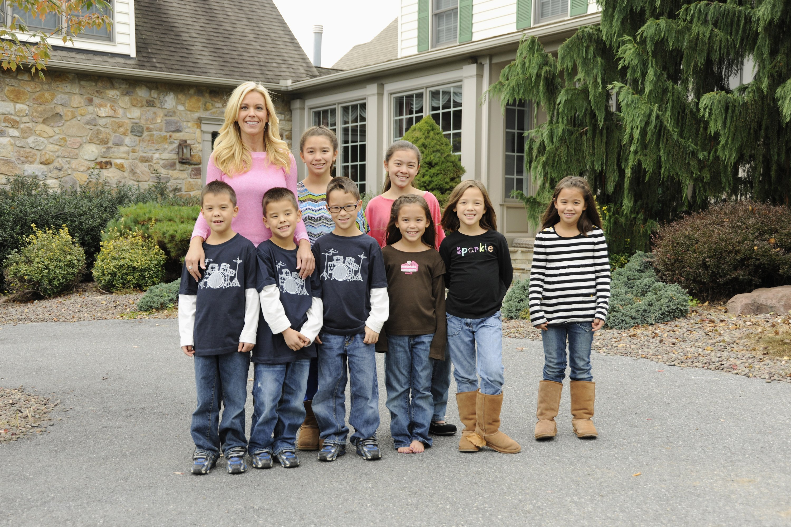 Kate Gosselin with her twins and sextuplets with ex-husband Jon Gosselin in October 2012. | Source: Getty Images.