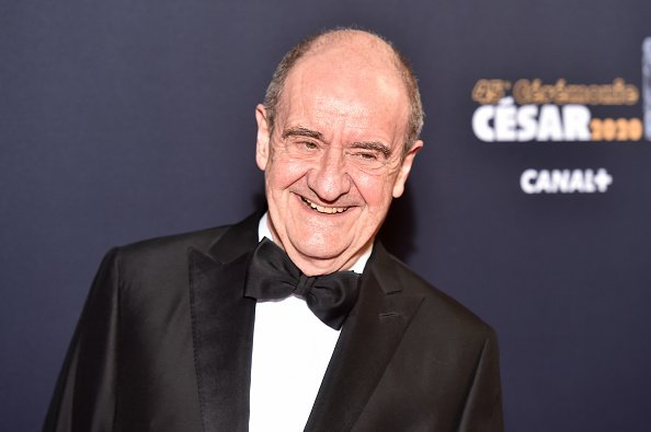 Pierre Lescure arrive à la cérémonie des César 2020 à la Salle Pleyel à Paris, France. | Photo : Getty Images