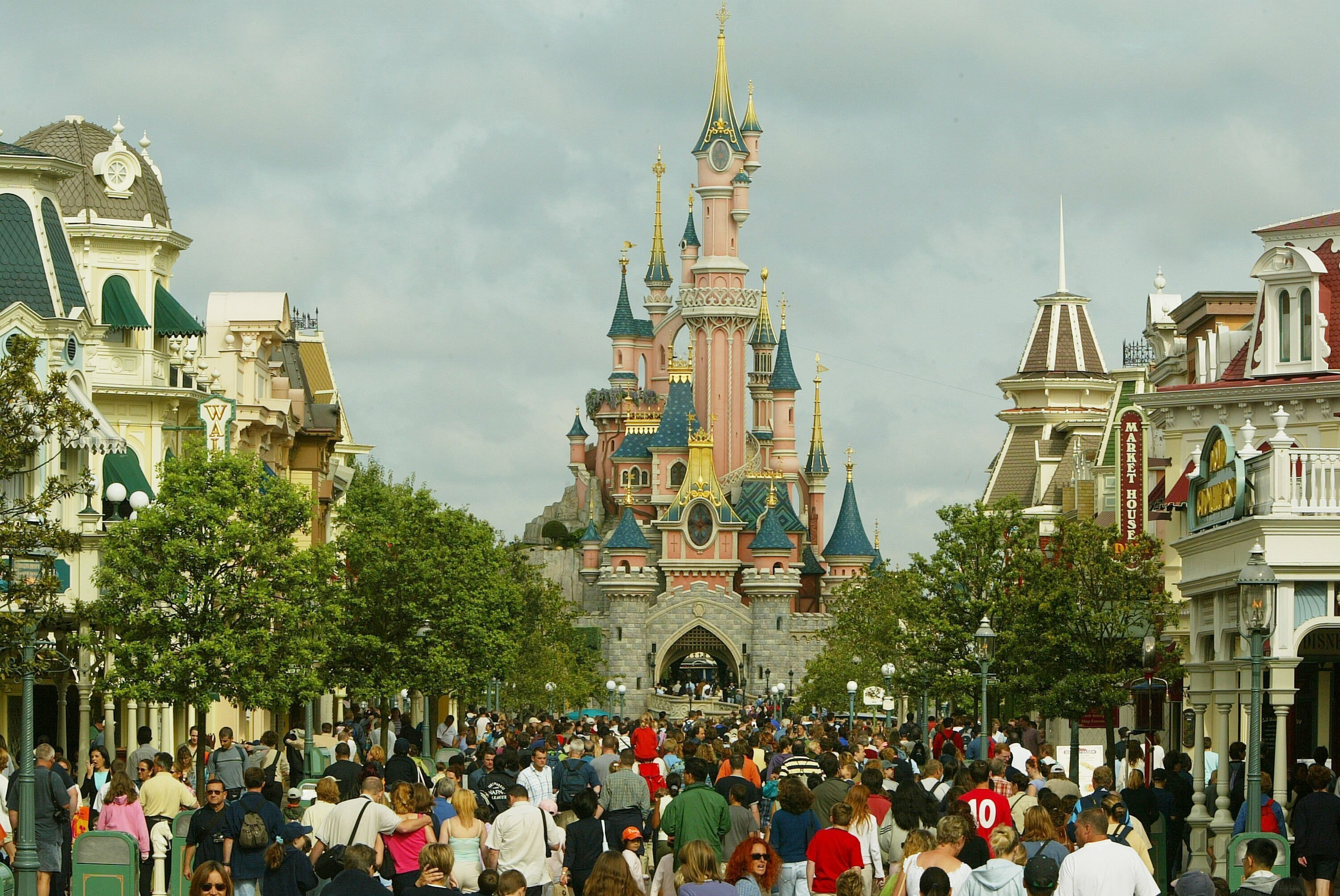 Disneyland Paris with Cinderella's castle in the background | Photo: Getty Images