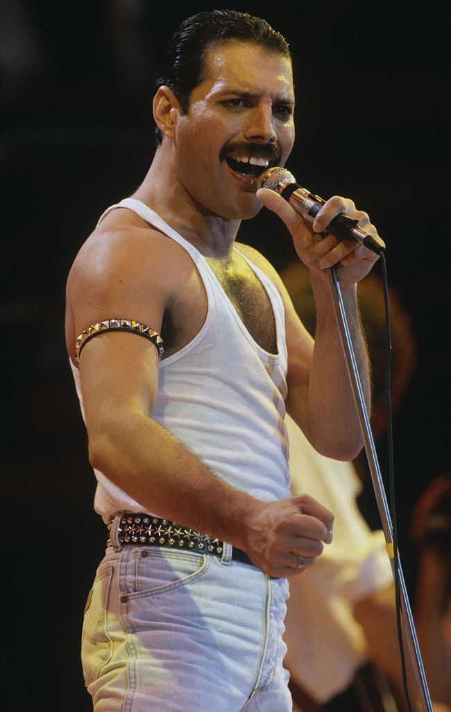 Freddie Mercury durant le concert à Wembley Stadium le 13 juillet 1985. l Source : Getty Images