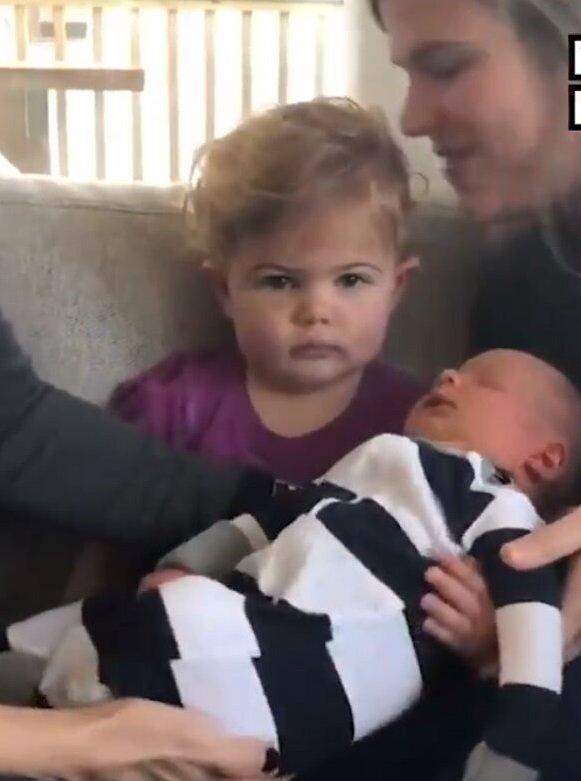 Ella sosteniendo a su hermanito Jordan | Imagen tomada de: Twitter/NowThis