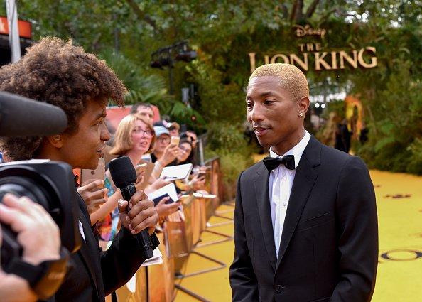 """Pharrell Williams asiste al estreno europeo de """"The Lion King"""" de Disney en Odeon Luxe Leicester Square el 14 de julio de 2019 en Londres, Inglaterra.   Fuente: Getty Images"""