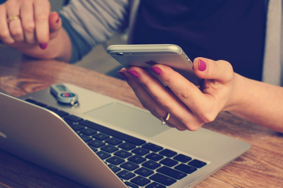 Ordinateur et téléphone. | Photo : Pixabay
