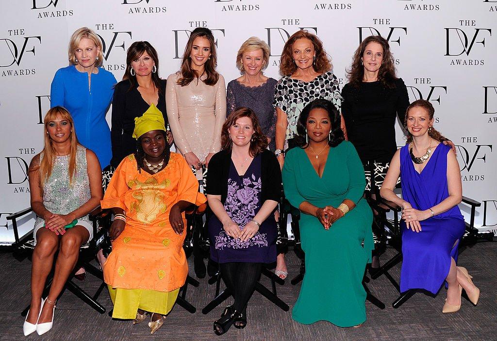 Jaycee Lee Dugard acompañada por varias celebridades en la tercera entrega de los premios Diane Von Furstenberg el 9 de marzo de 2012 en Nueva York. | Imagen: Getty Images