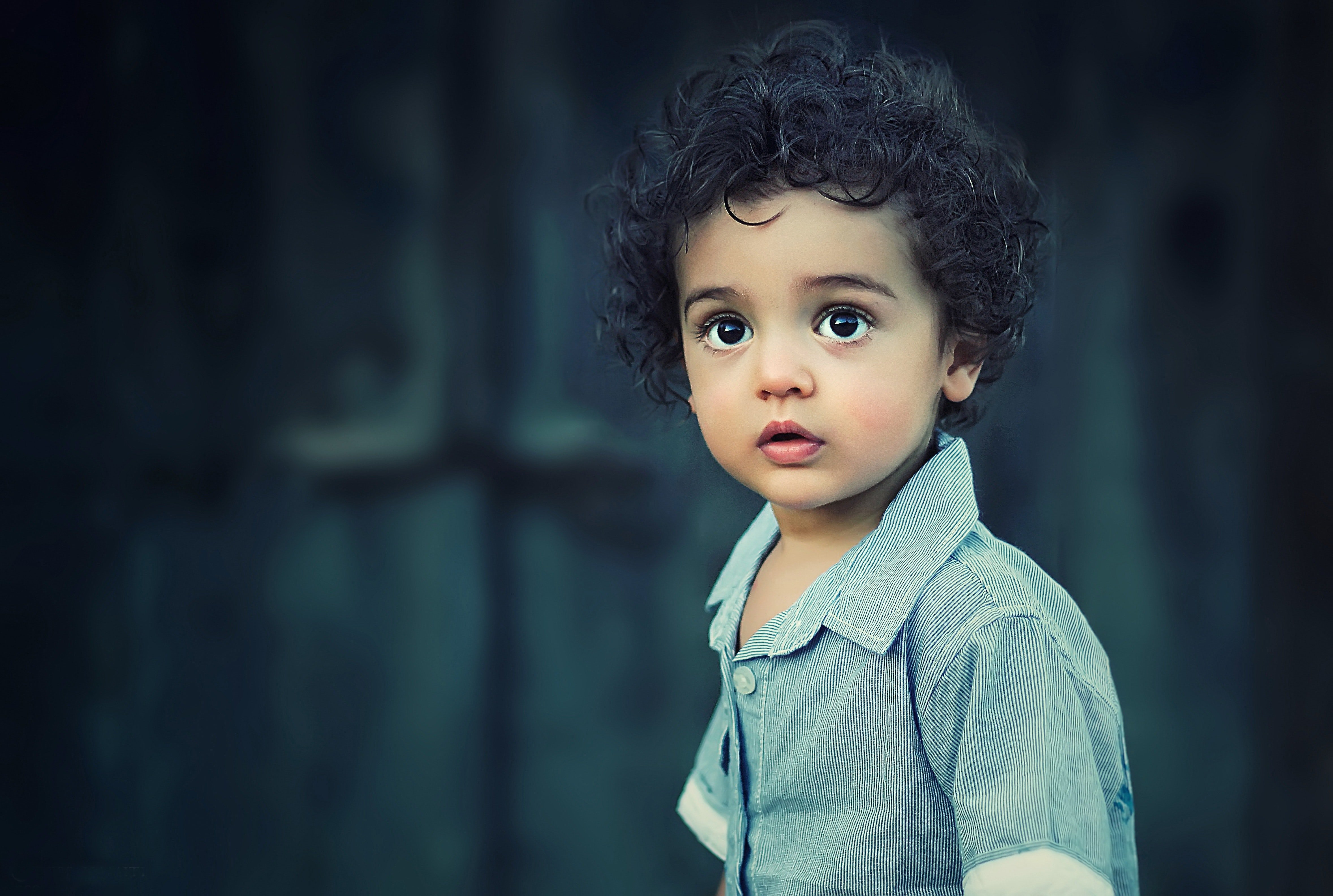 Pictured - A photo of a toddler with curly hair wearing a gray collard shirt | Photo: Pexels