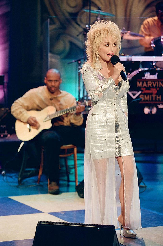 Dolly Parton performs on The Tonight Show with Jay Leno in August 24, 1998 | Photo: Getty Images