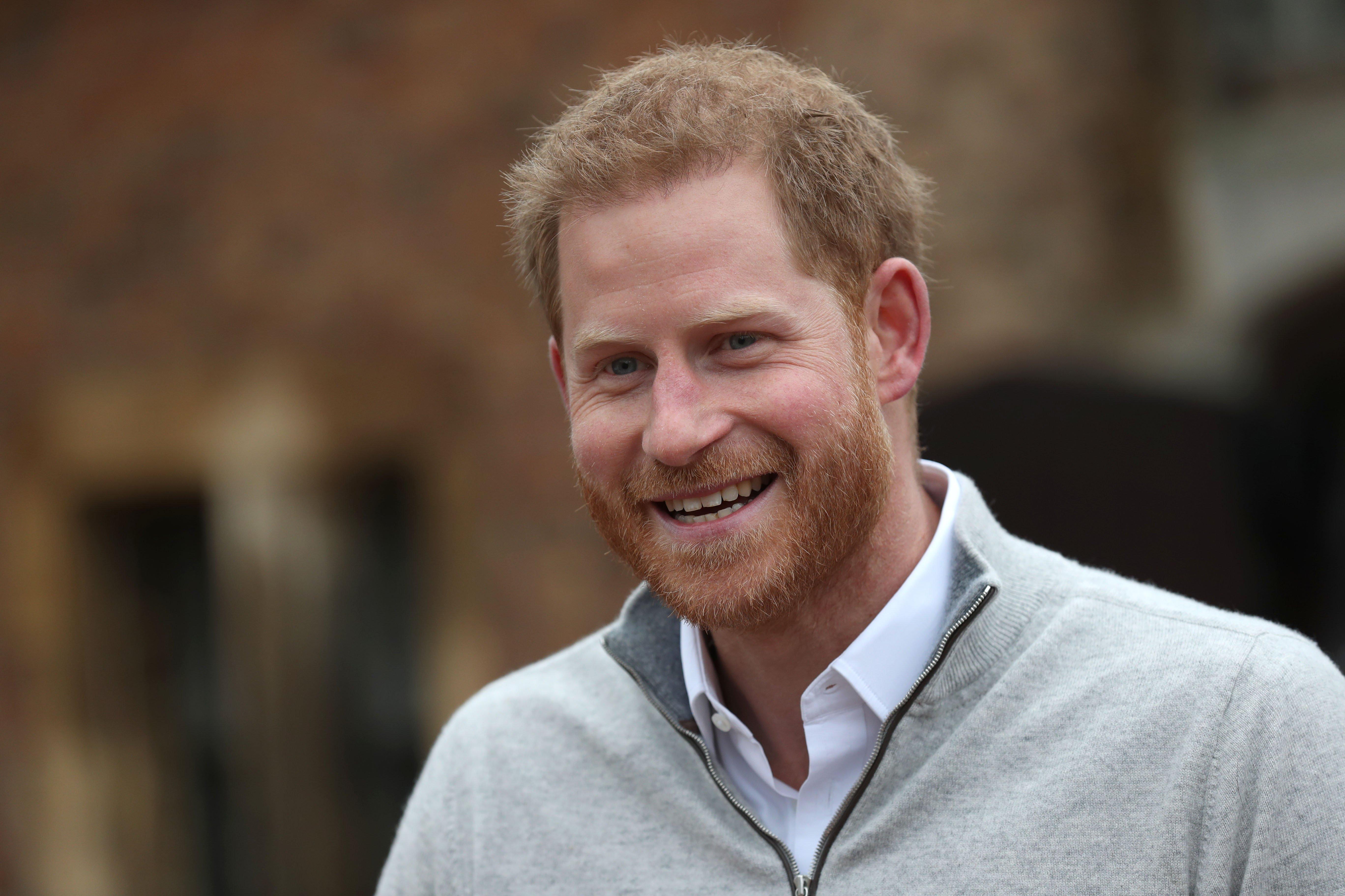 Le prince Harry très souriant qui s'adresse aux médias du château de Windsor après la naissance de son fils | Photo : Getty Images