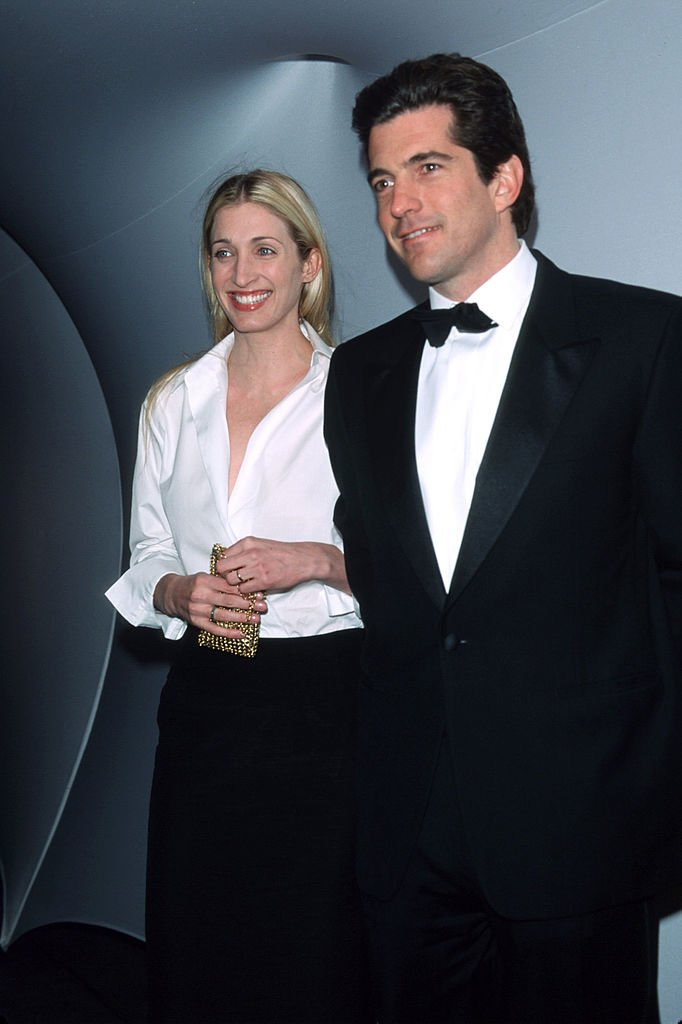 John F. Kennedy, Jr. and his wife Carolyn Bessette pose for a picture at the Annual Fundraising Gala in March 1999 | Photo: Getty Images