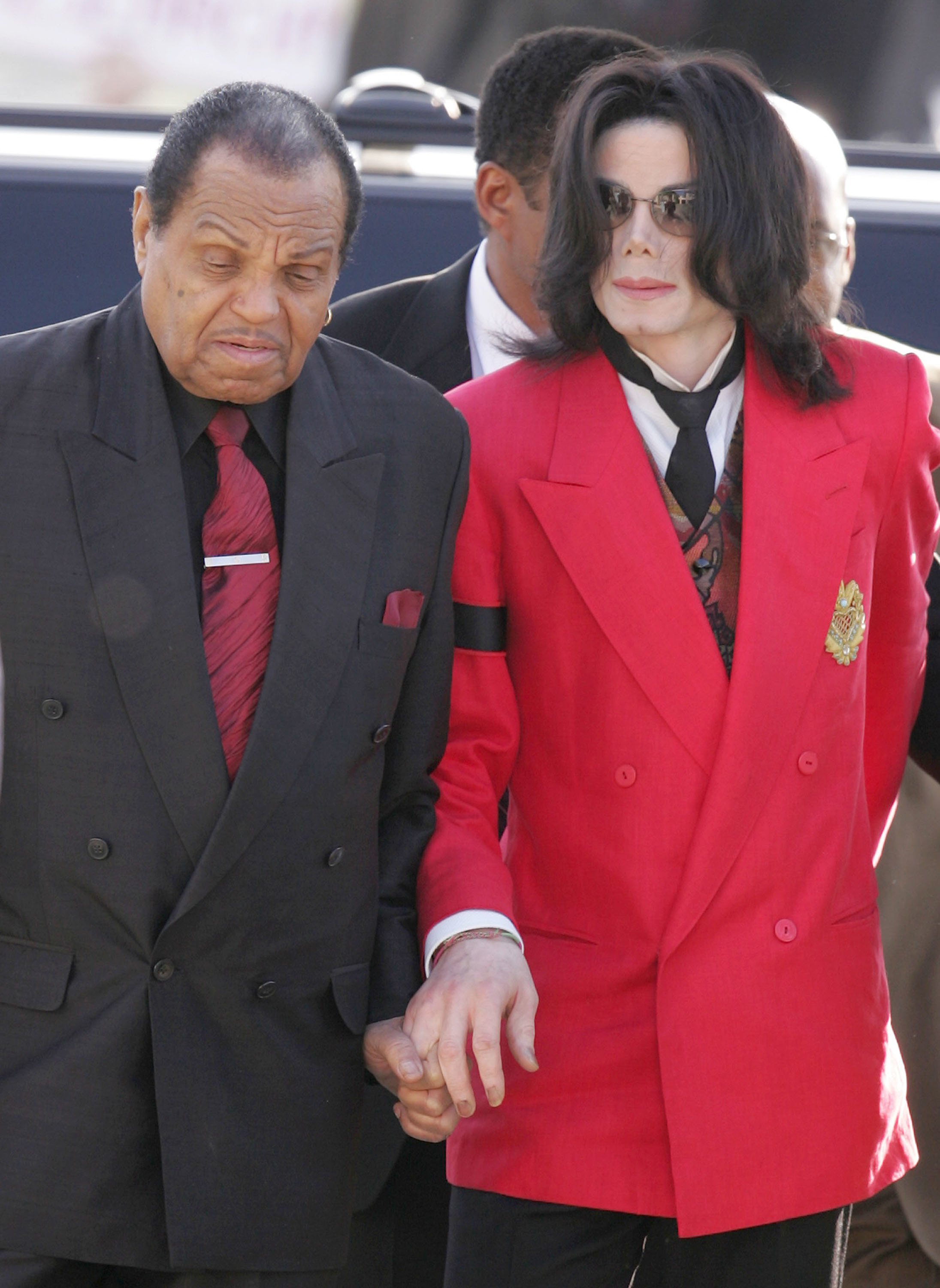 Joseph Jackson with son Michael Jackson at the Santa Barbara County Courthouse during the 2005 child molestation trial | Source: Getty Images