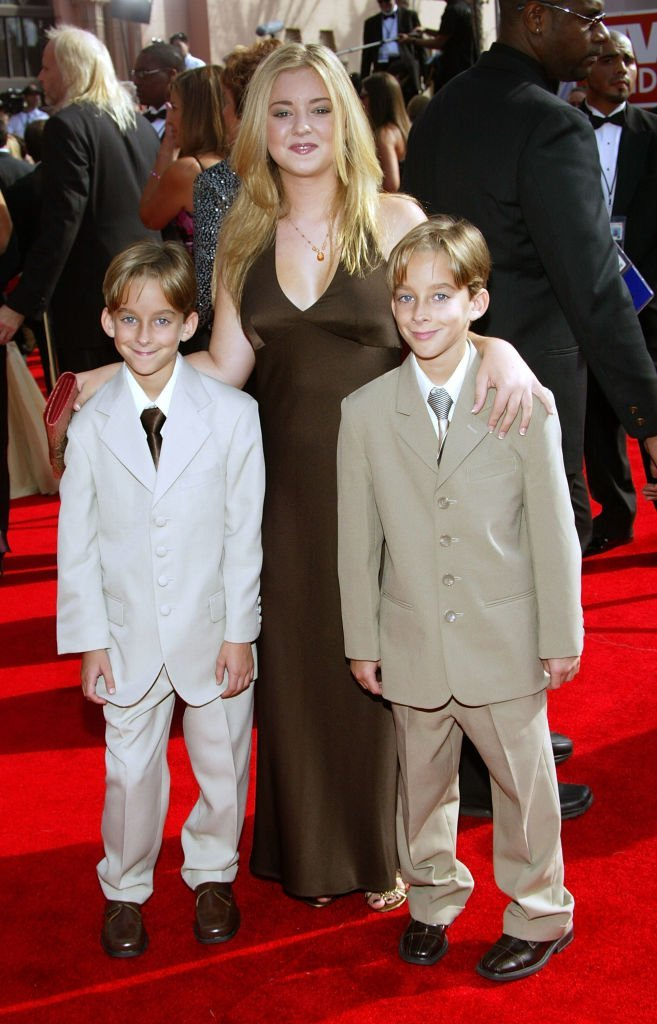 Madylin Sweeten (back) and brothers Sawyer Sweeten and Sullivan Sweeten arrive at the 57th Annual Emmy Awards  | Getty Images / Global Images Ukraine