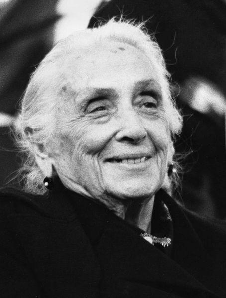 Dolores Ibárruri en la primera fiesta del PCE en la Casa de Campo, tras su legalización, el 1 de octubre de 1978. | Foto: Wikipedia