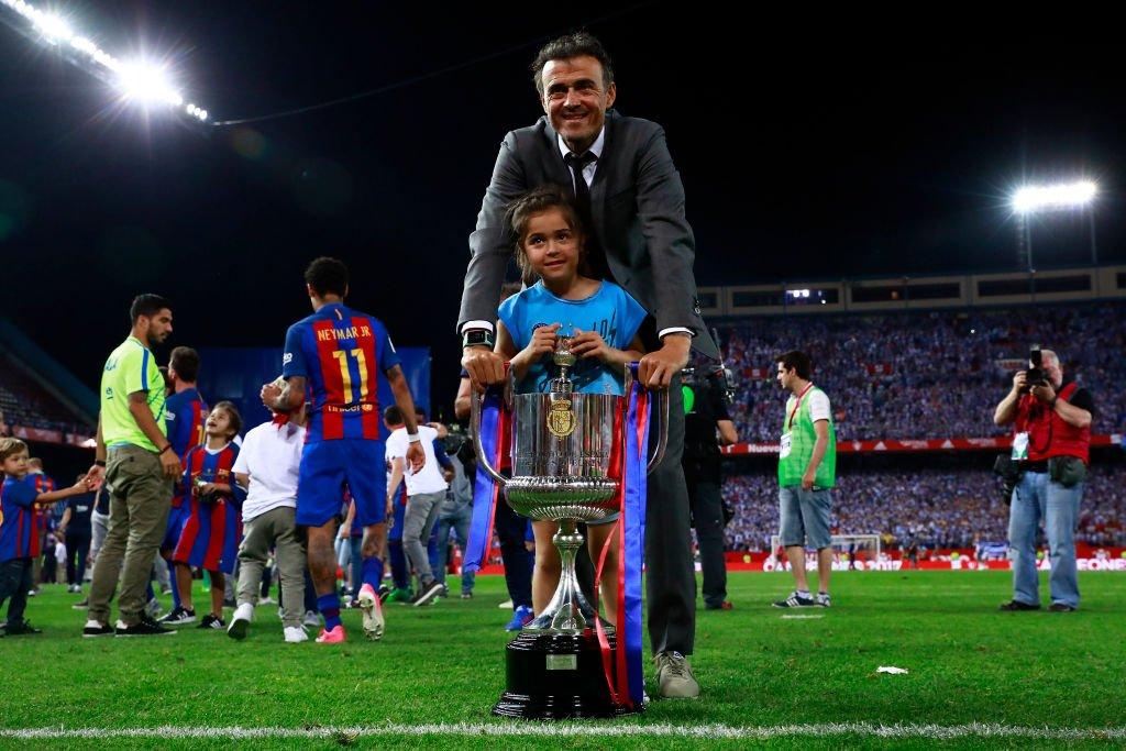 Luis Enrique y su hija Xana posan con la Copa del Rey en el estadio Vicente Calderón el 27 de mayo de 2017 en Madrid, España. | Imagen: Getty Images