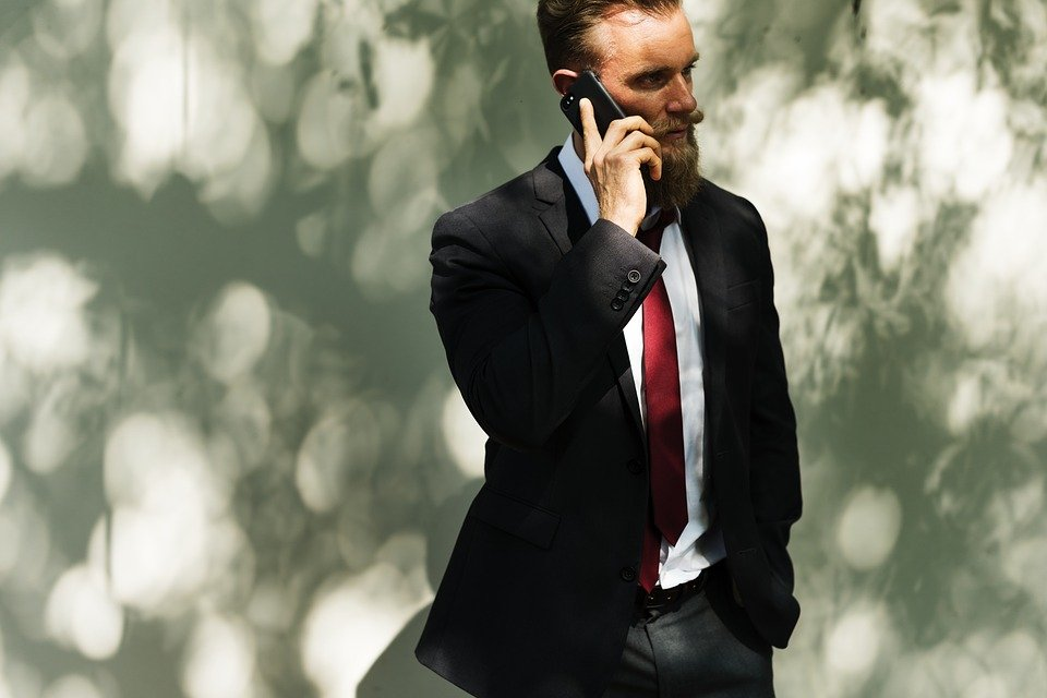 Tom Mabe on the phone/Source: Pixabay