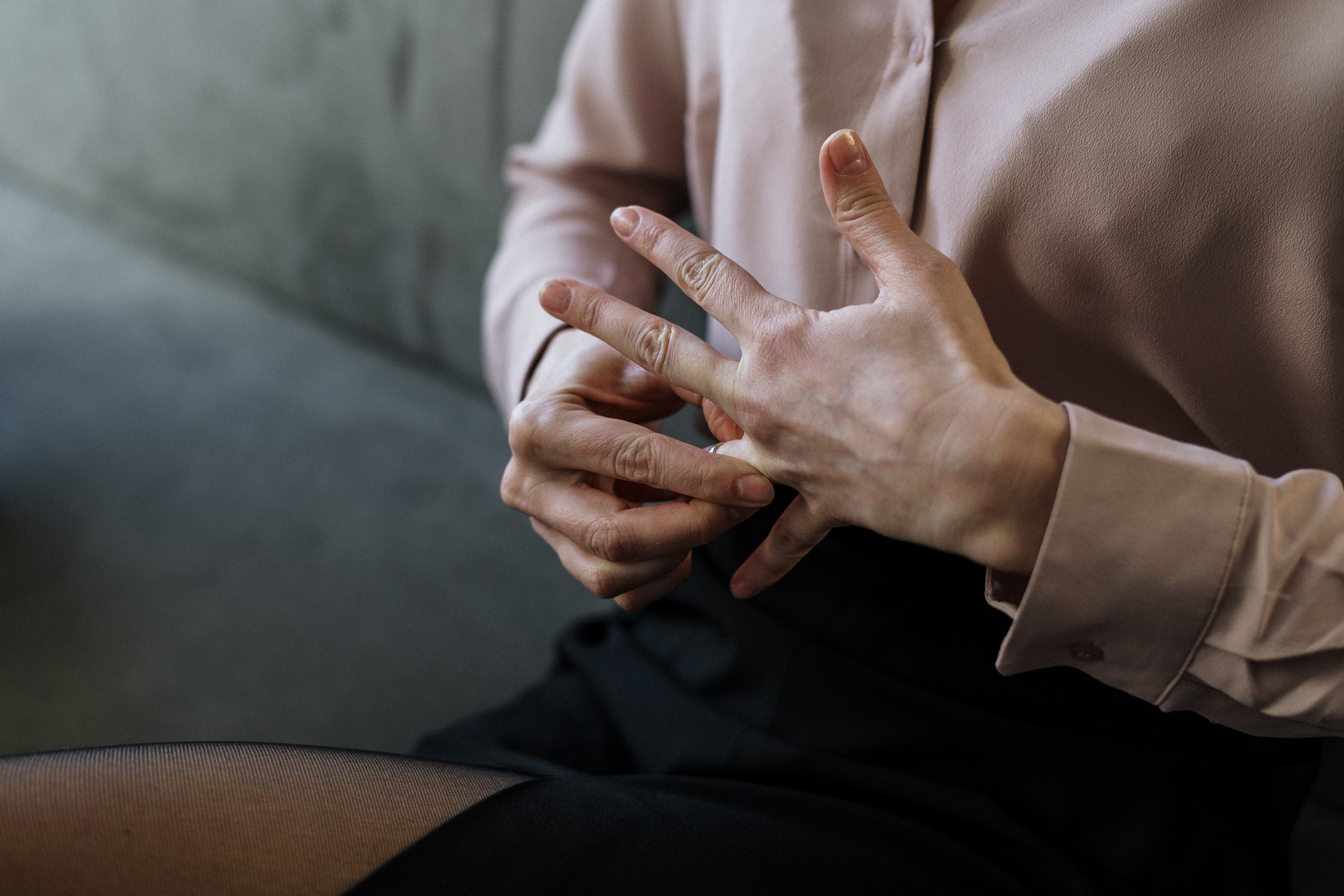 Woman removing her ring | Source: Pexels