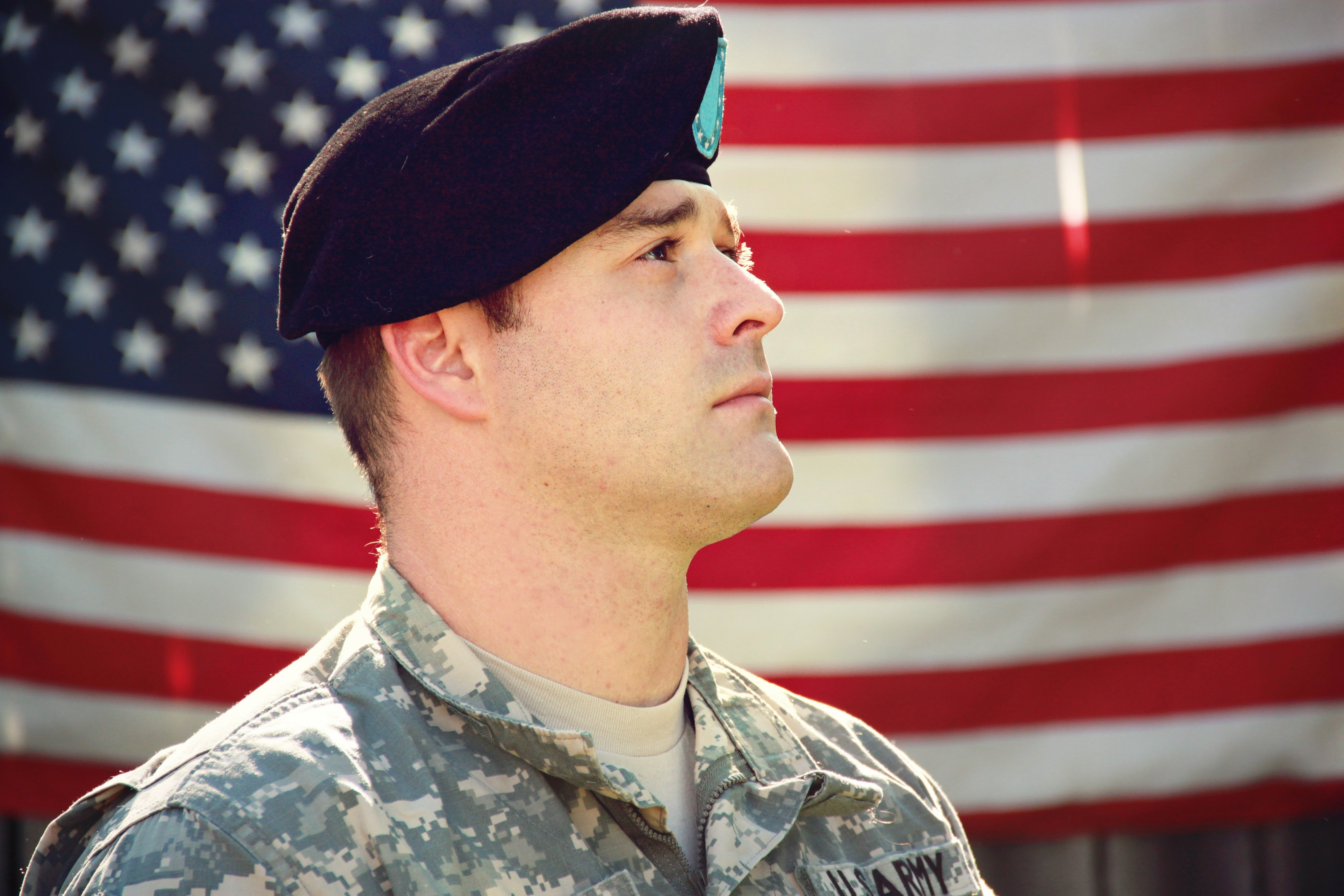 A soldier honoring the flag | Photo: Pexels
