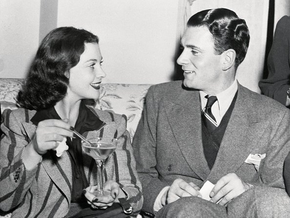 Vivien Leigh, Scarlett O'Hara in the film Gone with the wind, chatting with Laurence Oliver | Photo: Getty Images