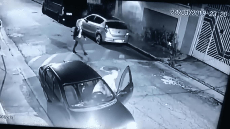 Dos Santos bajando del carro | Imagen tomada de: YouTube/LiveLeak Channel