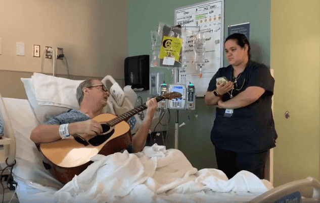 Nurse Sings Christmas carol with cancer patient, Penn Pennington | Photo: Facebook/Brandi Mykle Leath