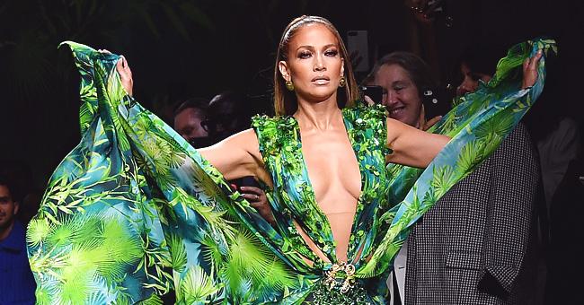 J-Lo, 50 ans, recrée sa robe iconique des Grammys 2000 pour un défilé Versace