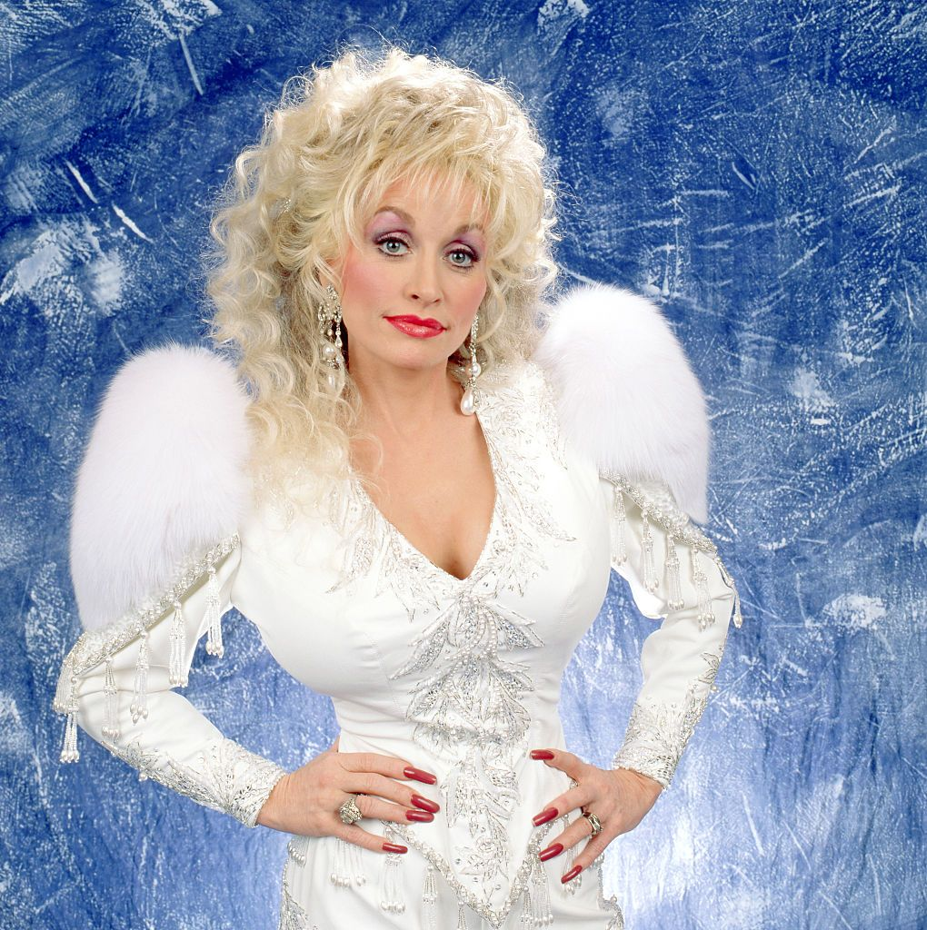 Dolly Parton poses for a studio portrait in 1992 in Lake Tahoe, California | Source: Getty Images