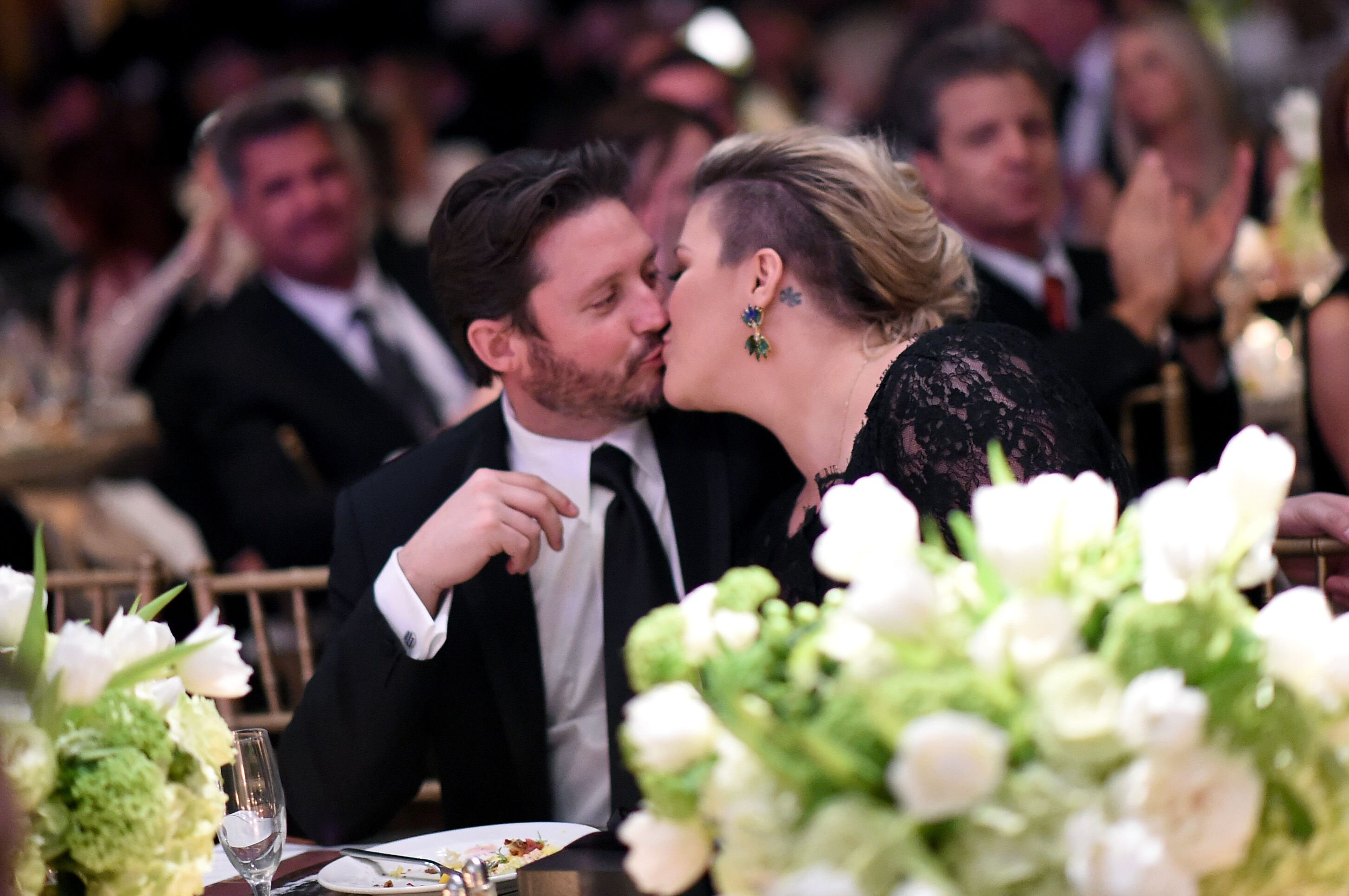 Brandon Blackstock and wife Kelly Clarkson share a kiss at Muhammad Ali's Celebrity Fight Night XXI on March 28, 2015 | Photo: Getty Images