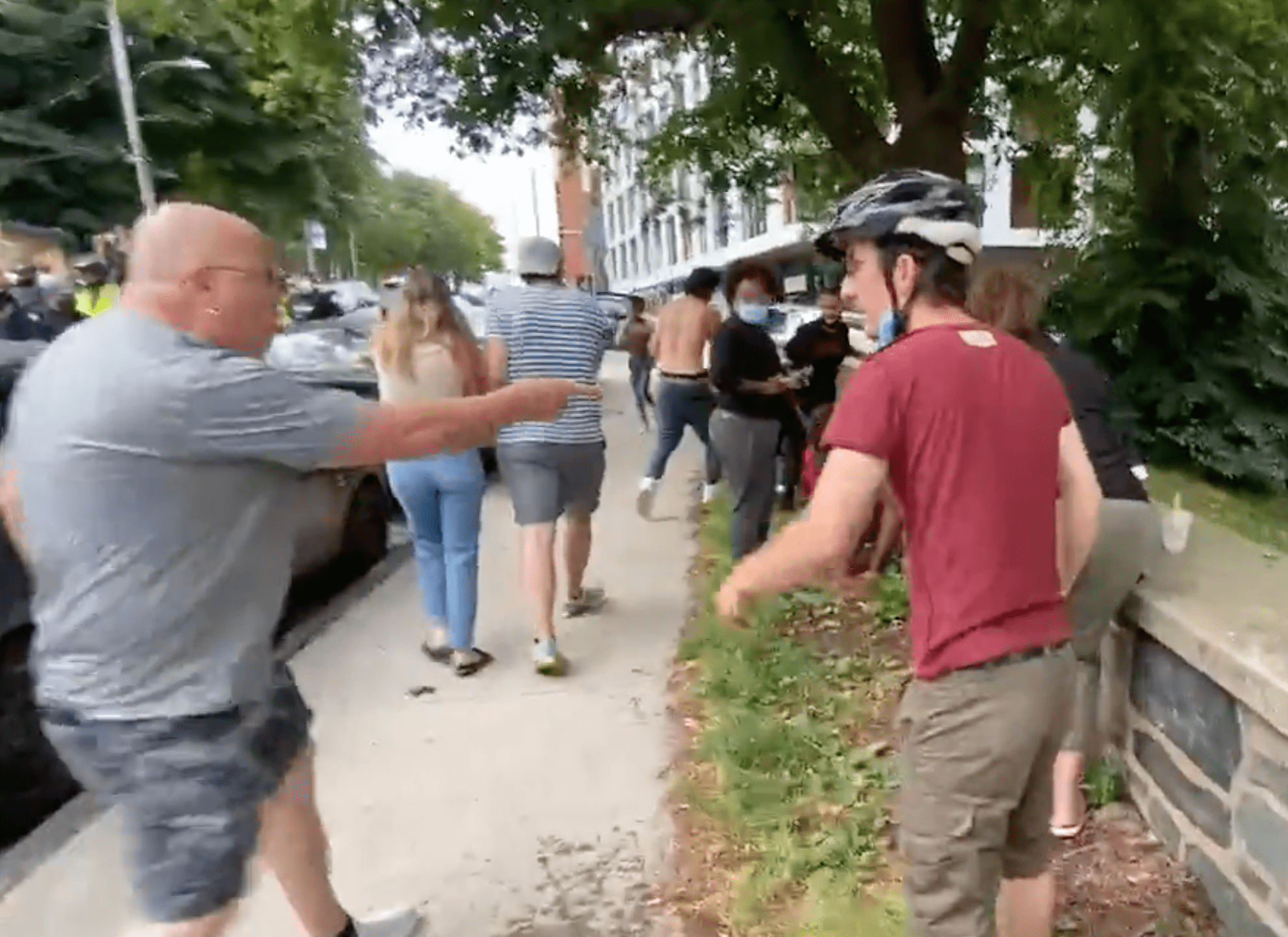 Protestors react to police who have been violent with them | Photo: Twitter/zwoodford