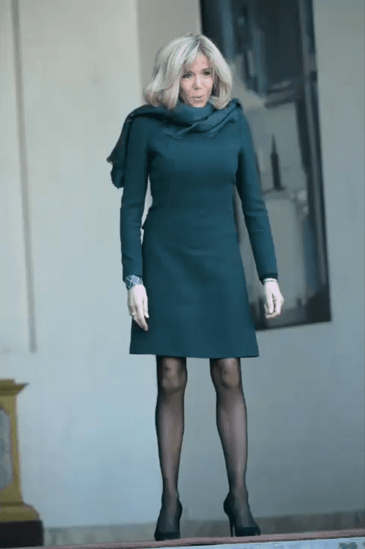 Brigitte Macron en robe courte | Photo: Youtube / Paris Popular