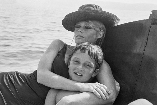 Brigitte Bardot et son fils Nicolas Charrier à La Madrague en aout 1967, France. | Photo : Getty Images