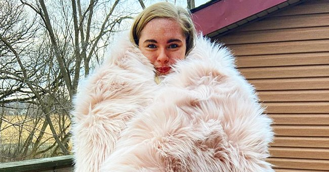 Cecily Chapman Shows Striking Resemblance to Late Mother Beth Covered in a Huge Fur Blanket