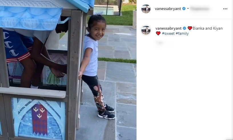 Bianka and Kiyan playing in a toyhouse as seen in a photo. | Photo: Instagaram/Vanessabryant
