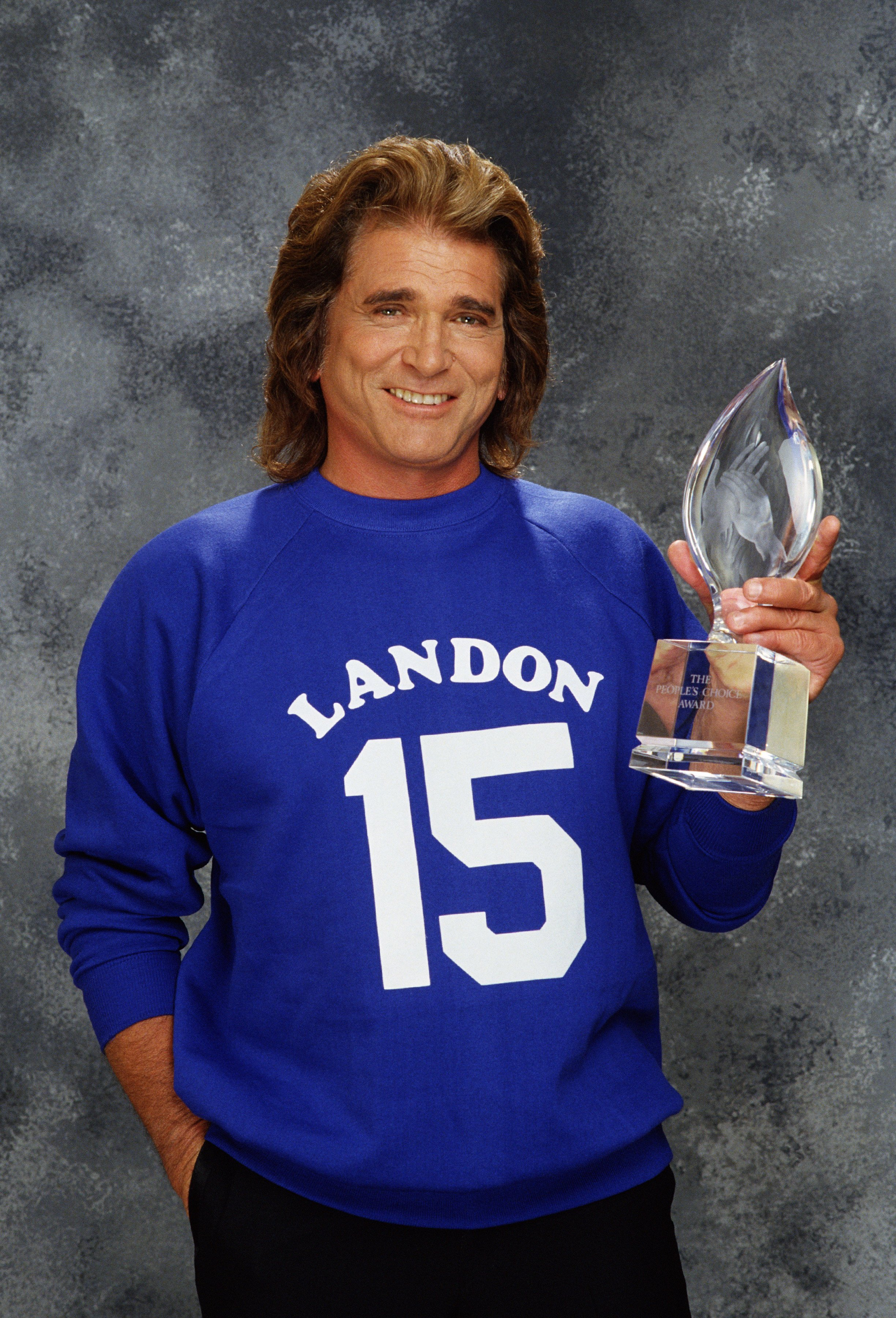Michael Landon poses with the People's Choice Award during a 1989 Beverly Hills, California, photo portrait session. | Source: Getty Images.