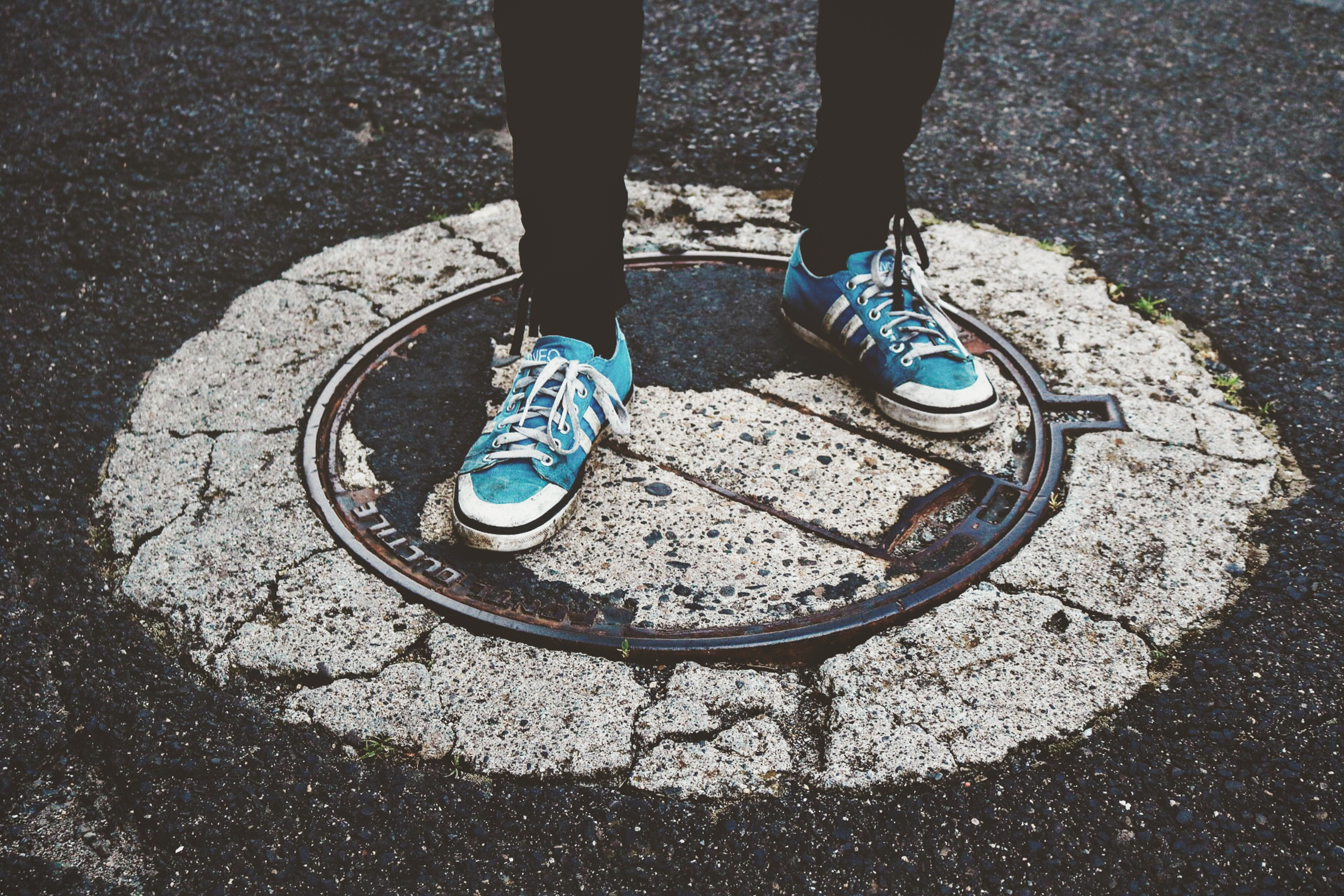 The elderly stranger offered the young man to jump on the manhole cover. | Photo: Pexels/Sebastian Stam