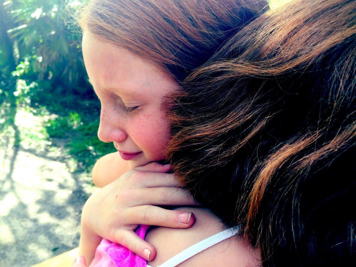 Madre abrazando a su hija triste. | Imagen: PxHere