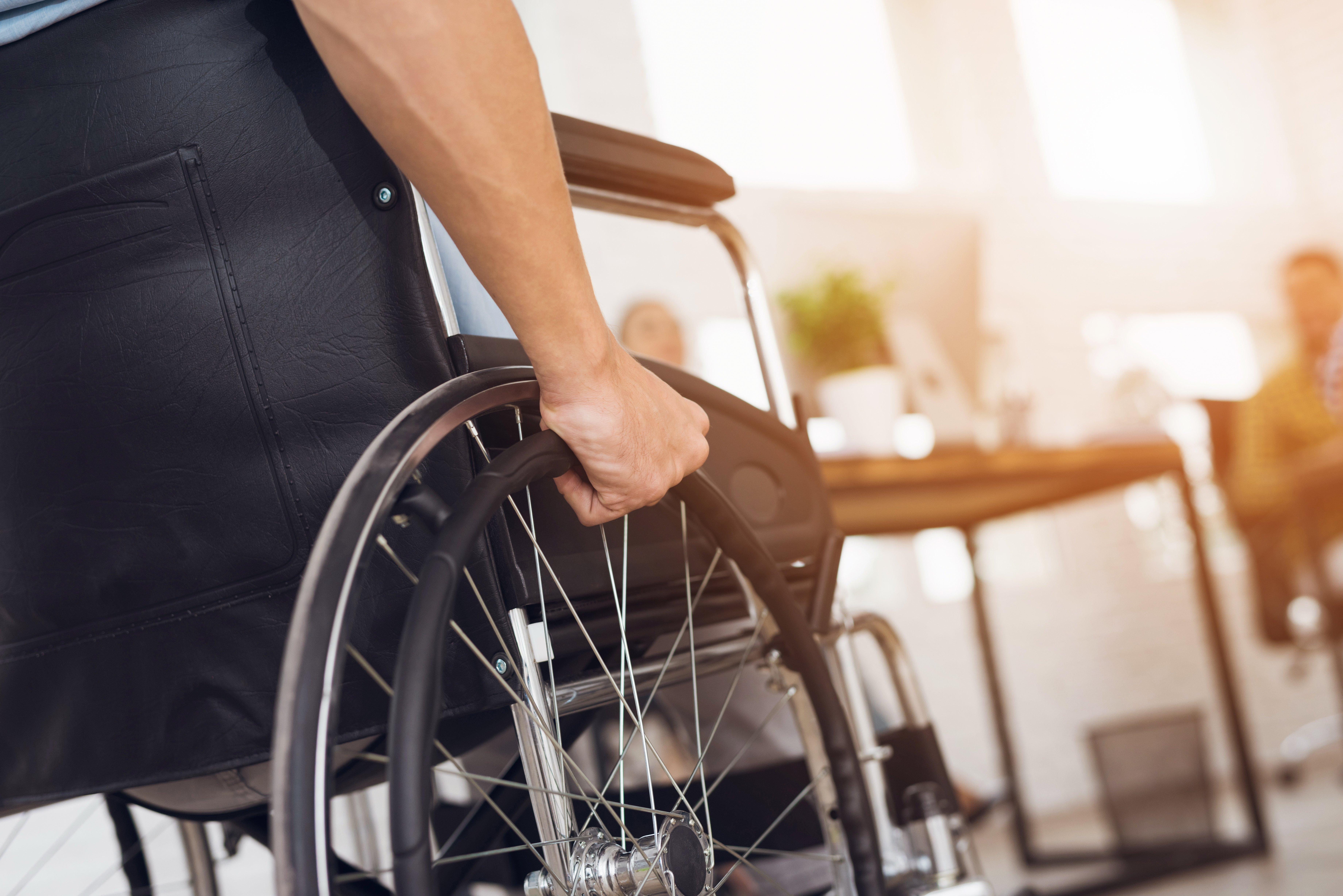 Persona en una silla de ruedas. Fuente: Shutterstock