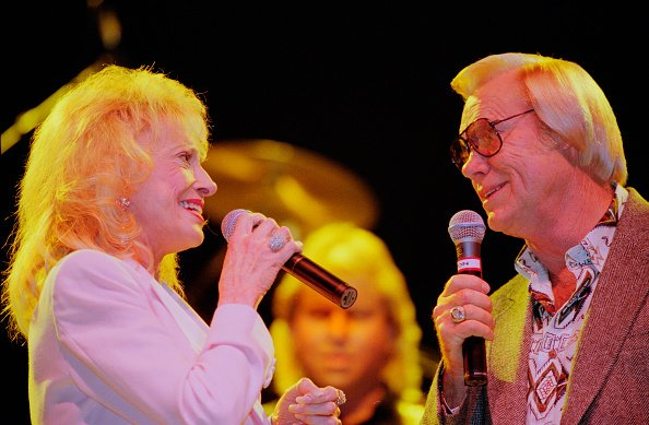 Tammy Wynette and George Jones at Hammersmith Apollo in London in September 1995. | Photo: Getty Images
