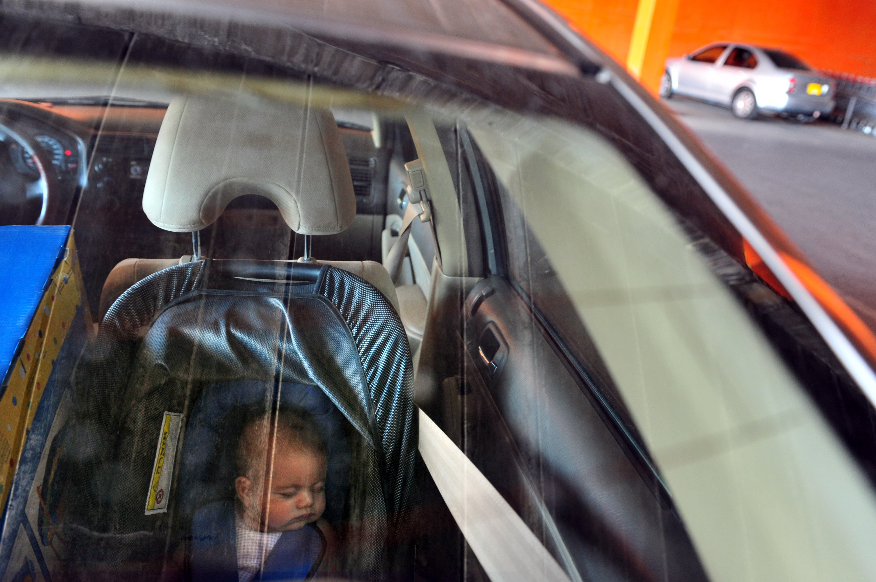 La photo d'un bébé dans la voiture fermée | Source : Shutterstock